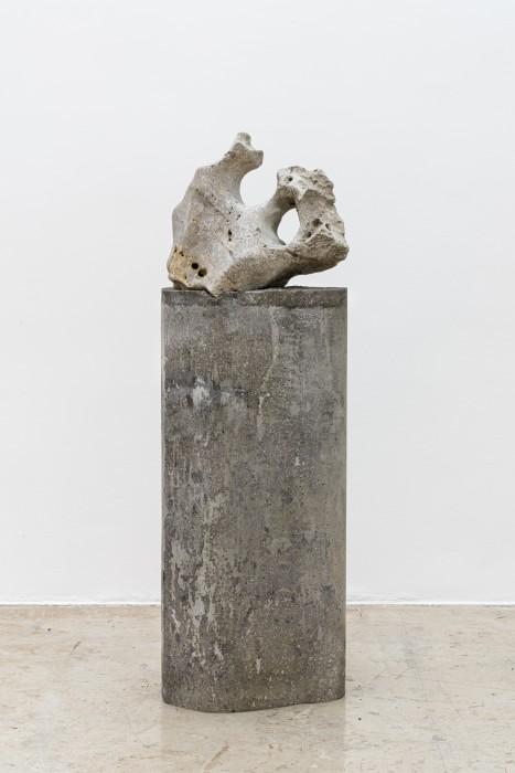 Dragão cantor, 2007 pedra perfurada sonora sobre coluna de concreto 138 x 44 x 40 cm | 54.3 x 17.3 x 15.7 in