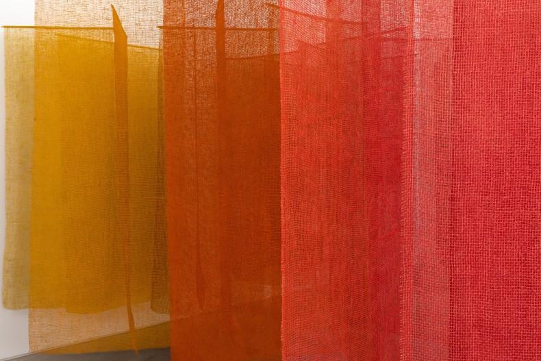 Caminhos da cor, 1999-2020 38 peças de juta pintada 261 x 450 x 450 cm | 102.8 x 177.2 x 177.2 in