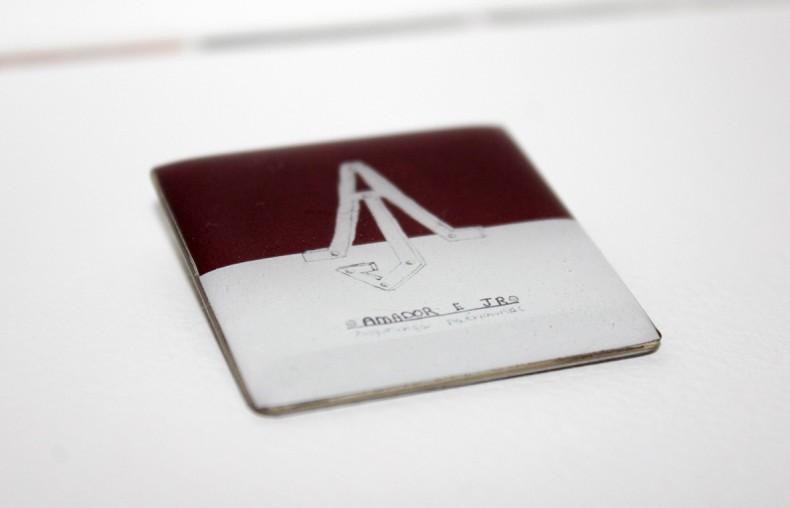 Amador e Jr. Segurança Patrimonial Pin, 2016 impressão digital e película de resina sobre metal 4 x 4 cm