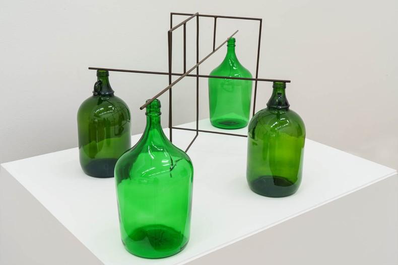 Raul Mourão WWW, 2020 aço 1020 com resina sintética e garrafa de vidro 46.5 x 120 x 60 cm