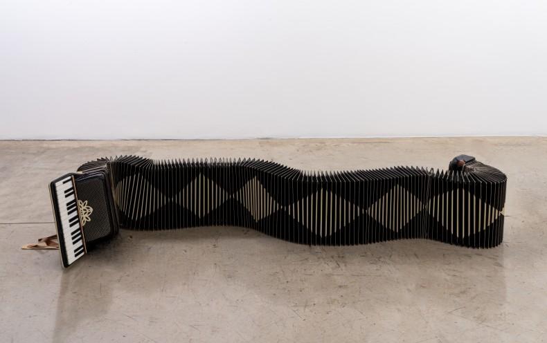 Alan Adi Sanfona sentida II, 2020 instalação 42 x 285 x 76 cm