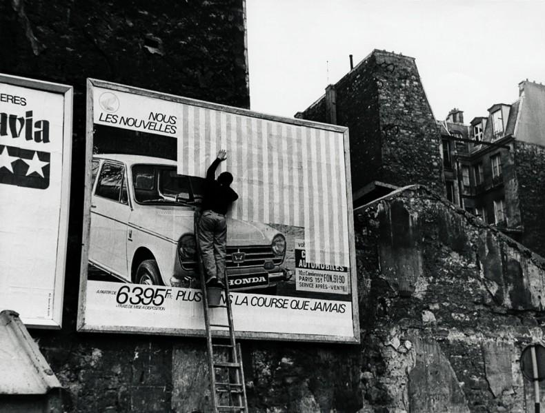 Photo-souvenir : Affichage sauvage, travail in situ, Paris, mai 1969. Détail. © DB-ADAGP Paris