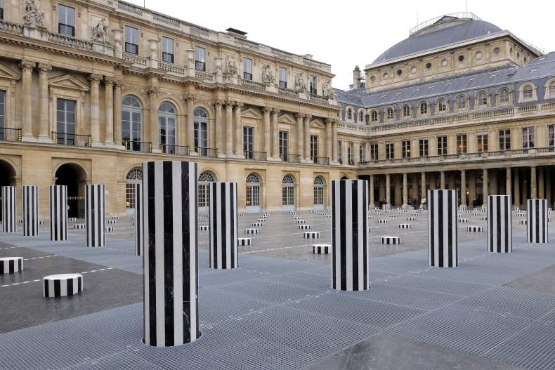 Photo-souvenir : Les Deux Plateaux, sculpture permanente in situ, cour d'honneur du Palais-Royal, Paris, 1985-1986. Détail. © DB-ADAGP Paris