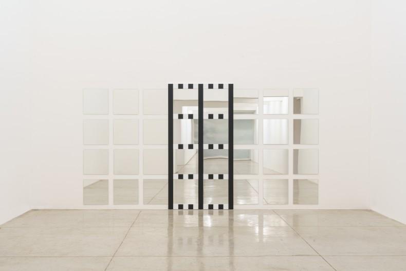 Daniel Buren New grids: baixo-relevo, trabalho situado, 2021 espelho e mdf 217,5 x 408,9 cm
