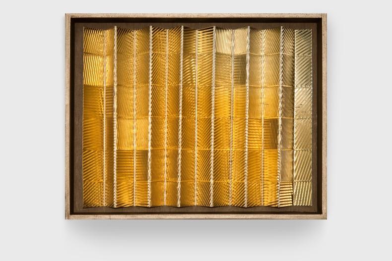 Heinz Mack Sem título, 1977 folha de alumínio anodizado dourado, madeira e acrílico 33 x 44 x 6 cm
