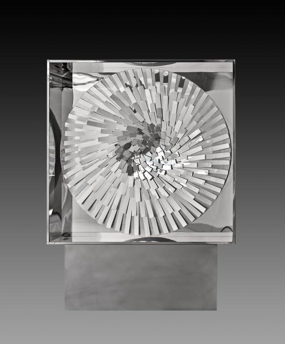 Heinz Mack Mirror-Rotation, 1960/2014 aço inox, acrílico, madeira e motor 150 x 150 x 25 cm | Drive reverso: 20...