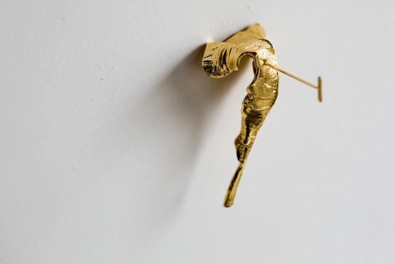Folhas Avulsas, 2018 latão fundido com banho de ouro (#3 e #4) 24 peças de 12 x 5 x 8...
