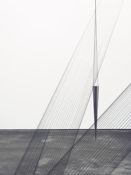 vista da exposição e detalhe da instalação, cortesia do artista e galeria OMR
