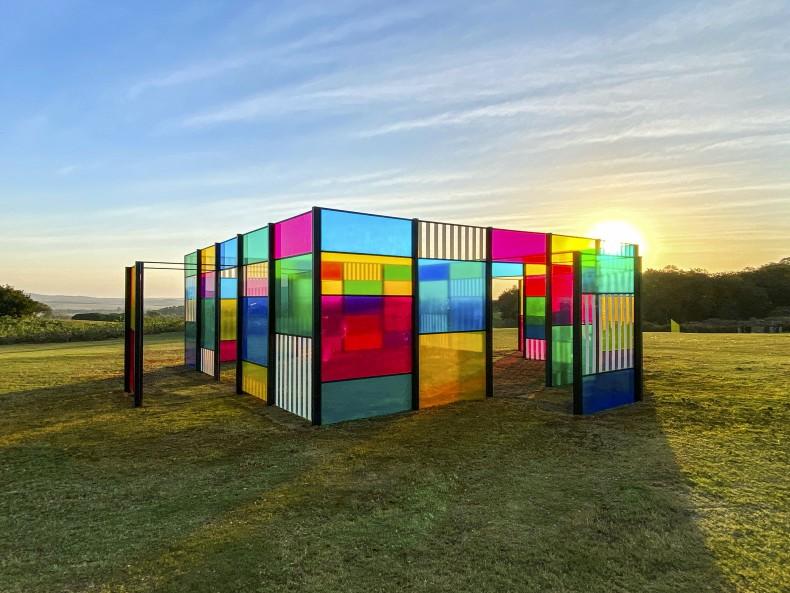 Daniel Buren A cabana explodida: homenagem a Oscar Niemeyer, trabalho situado, 2015 filtros coloridos transparentes e vinil translúcido sobre plexiglas...
