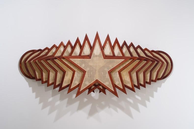 Marco A. Castillo Córdoba (Horizontal), 2020 madeira e vime / wood and rattan 95 x 239 x 40 cm /...
