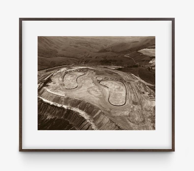 Vik Muniz Pictures of Earthworks: Pegadas (João Pereira, mina de ferro), 2005 impressão jato de tinta / inkjet print 50.8...