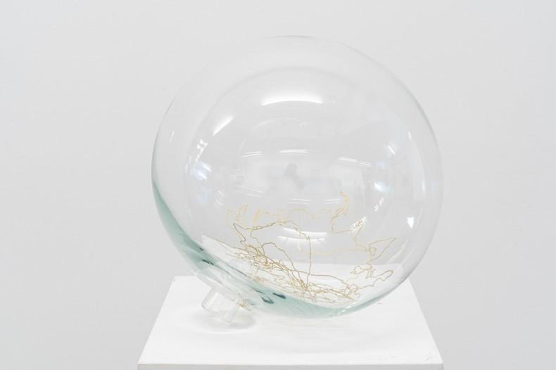Laura Vinci morro mundo mundo, 2020 vidro soprado, feltro e latão banhado a ouro / blown glass, felt and gold-plated brass edição de 5 + 2 PA / edition of 5 + 2 AP Ø 38 cm / 15 in