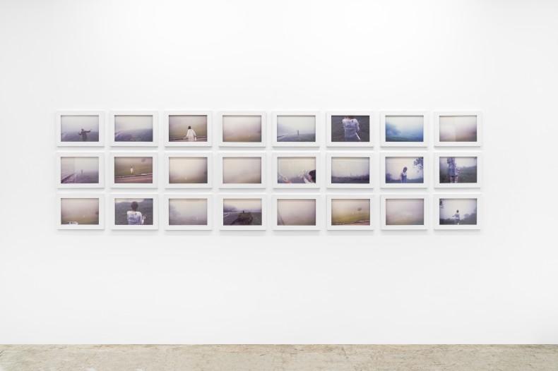 Brígida Baltar Coleta da neblina, 1996-1999 foto-ação / photo-action 24 fotos de 21 x 30 cm cada 24 photographs of 21 x 30 cm each