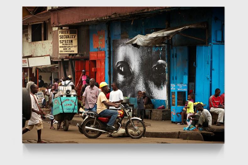 JR 28 Millimètres, Women are Heroes, Downtown Monrovia, Liberia, 2008 impressão colorida montada em alumínio 125 x 188 x 7...