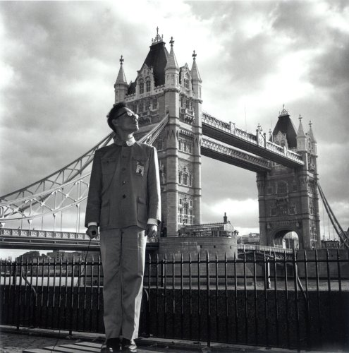 <div class=&#34;artist&#34;><strong>Tseng Kwong Chi</strong></div> (1950 - 1990) <div class=&#34;title&#34;><em>London, England (Tower Bridge)</em>, 1983</div> <div class=&#34;medium&#34;>Silver gelatin print</div> <div class=&#34;dimensions&#34;>91.44 x 91.44 cm; (36 x 36 in.)</div> <div class=&#34;edition_details&#34;>Edition of 9 + 2 AP</div>