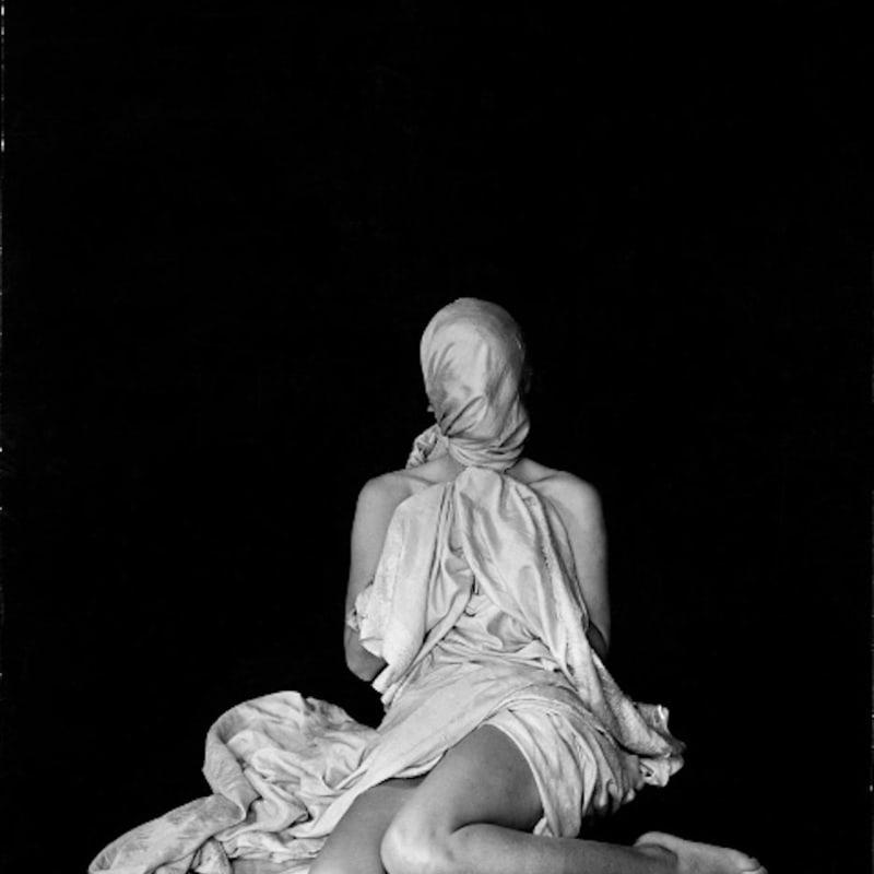 Erwin Blumenfeld La pudeur Tirage gélatino-argentique d'époque, réalisé par l'artiste 35,3 x 28 cm Dim. papier: 35,3 x 28 cm