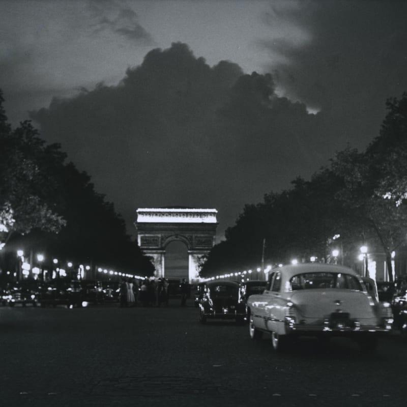 Sabine Weiss Paris, Avenue des Champs Elysées Tirage gélatino-argentique postérieur 25,3 x 33,4 cm Dim. papier: 30 x 40 cm