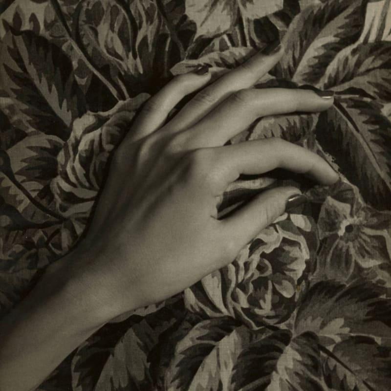Sabine Weiss La main de Gisèle Strauss, Paris Tirage gélatino argentique d'époque, réalisé par l'artiste 23,8 x 29,6 cm Dim. papier: 23,8 x 29,6 cm