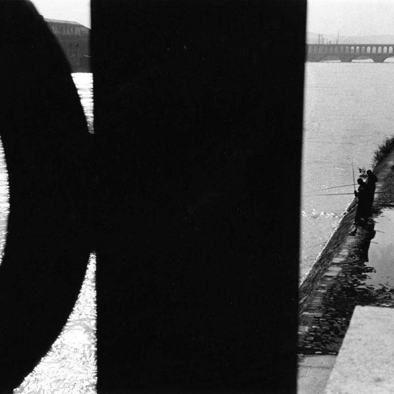 Sabine Weiss Bords de Seine, Paris Tirage gélatino-argentique d'époque réalisé par l'artiste 28,5 x 20,5 cm Dim. papier: 28,5 x 20,5 cm