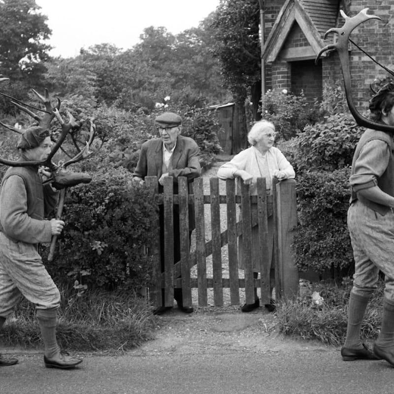 Homer Sykes Abbots Bromley Horn Dance, Staffordshire Tirage gélatino argentique d'époque réalisé par l'artiste 24,4 x 16,3 cm Dim. papier: 20,4 x 24,9 cm