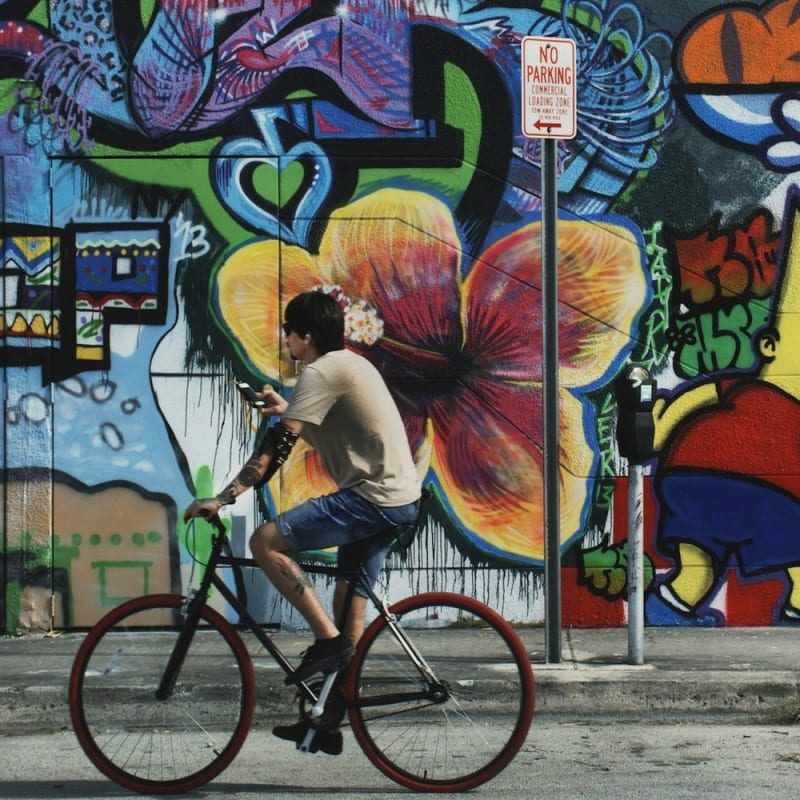 Marvin E. Newman Cyclist, Wynwood Mural, Miami Basel Tirage pigmentaire moderne 31,7 x 47 cm Dim. papier: 33 x 48 cm