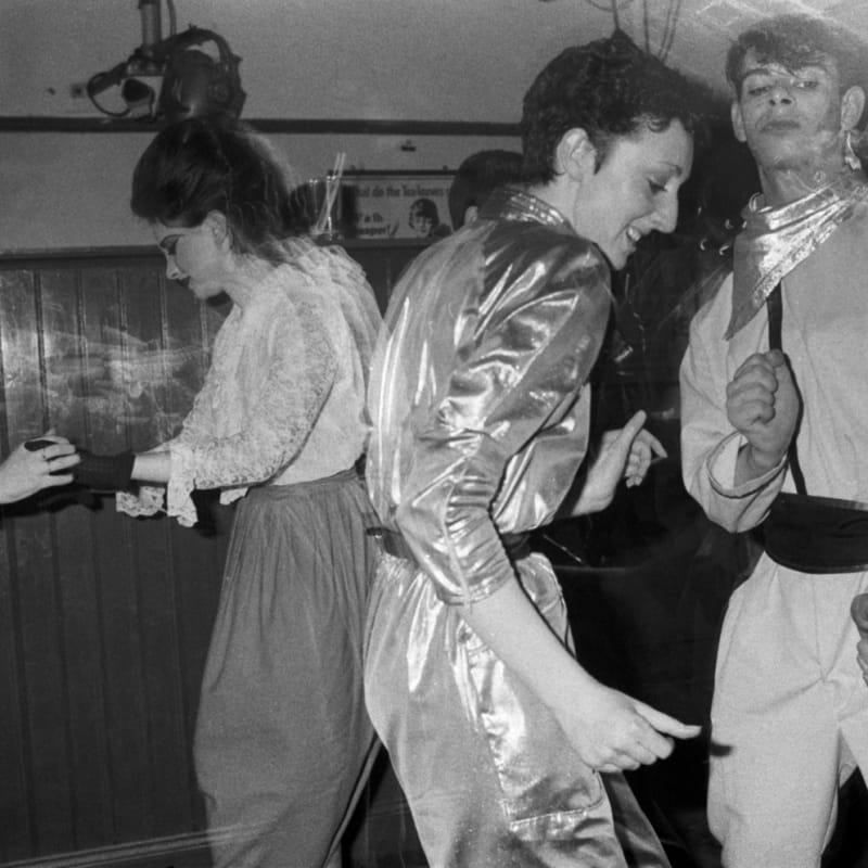 Homer Sykes Blitz Club, Covent Garden, London Tirage au gélatino-bromure d'argent d'époque, réalisé par Gerry Grove of Grove Hardy 16,8 x 25,5 cm 6.3 x 9.84 in Dim. papier: 24 x 30,5cm