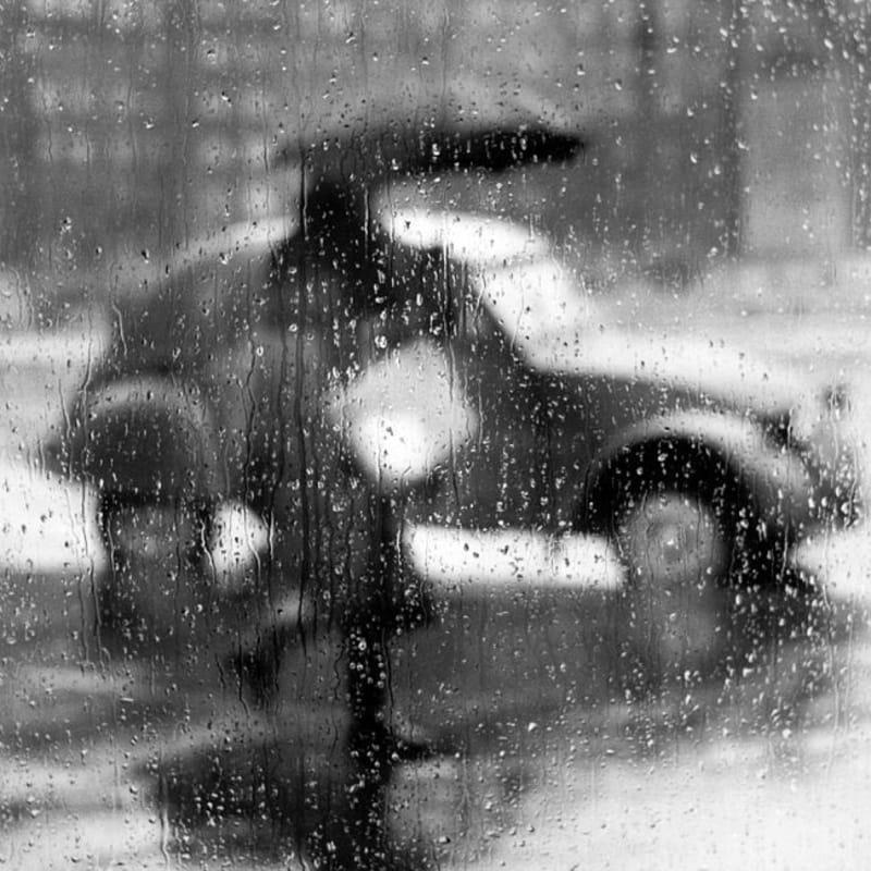 Sabine Weiss 2 CV sous la pluie, Paris Tirage gélatino-argentique postérieur 25 x 33,2 cm Dim. papier: 30 x 40 cm