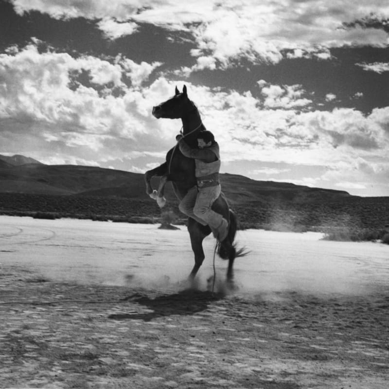 Ernst Haas Cowboy and leaping horse on the set of the Misfits Tirage gélatino argentique d'époque Dim. papier: 17 x 26 cm