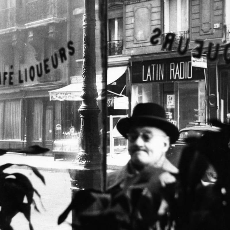 Sabine Weiss Paris Tirage gélatino-argentique d'époque réalisé par l'artiste 23,8 x 30,3 cm Dim. papier: 23,8 x 30,3 cm