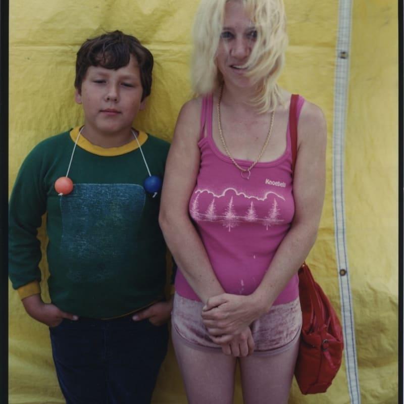 Bruce Wrighton Boy in green, gal in pink, carnival Tirage C-print d'époque 20 x 25 cm Dim. papier: 20 x 25 cm