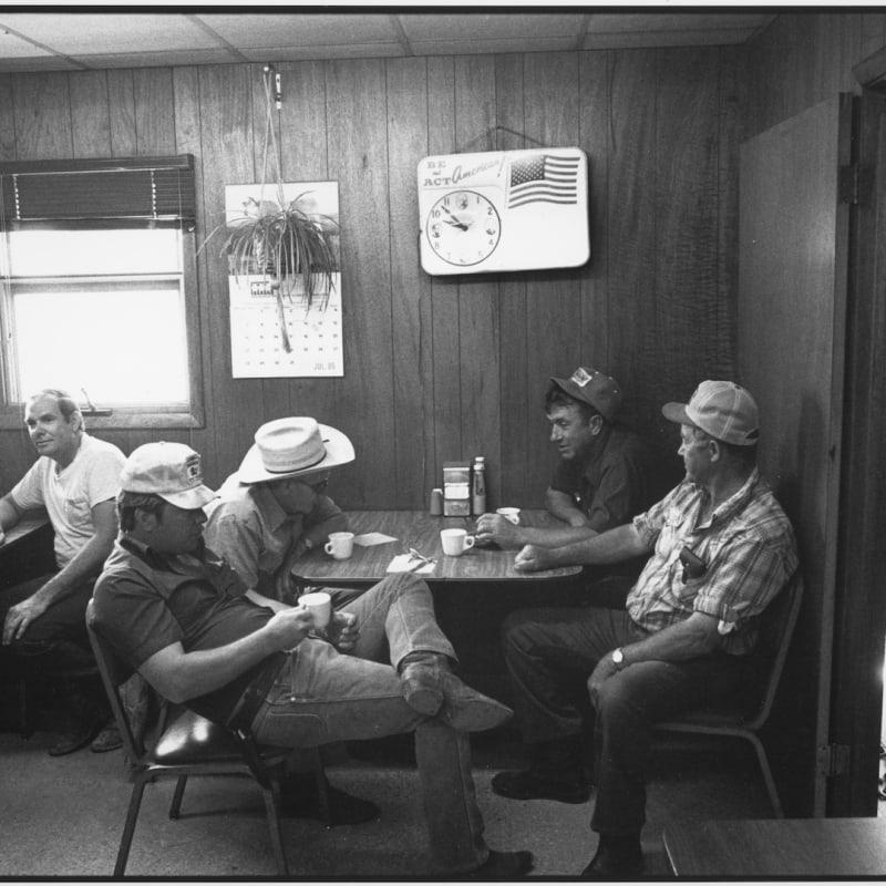 Tom Arndt Coffee Shop, Auction Barn, Sleepy eye, Minnesota Tirage gélatino-argentique postérieur, réalisé par l'artiste 29,4 x 43,8 cm Dim. papier: 40,4 x 50,4 cm