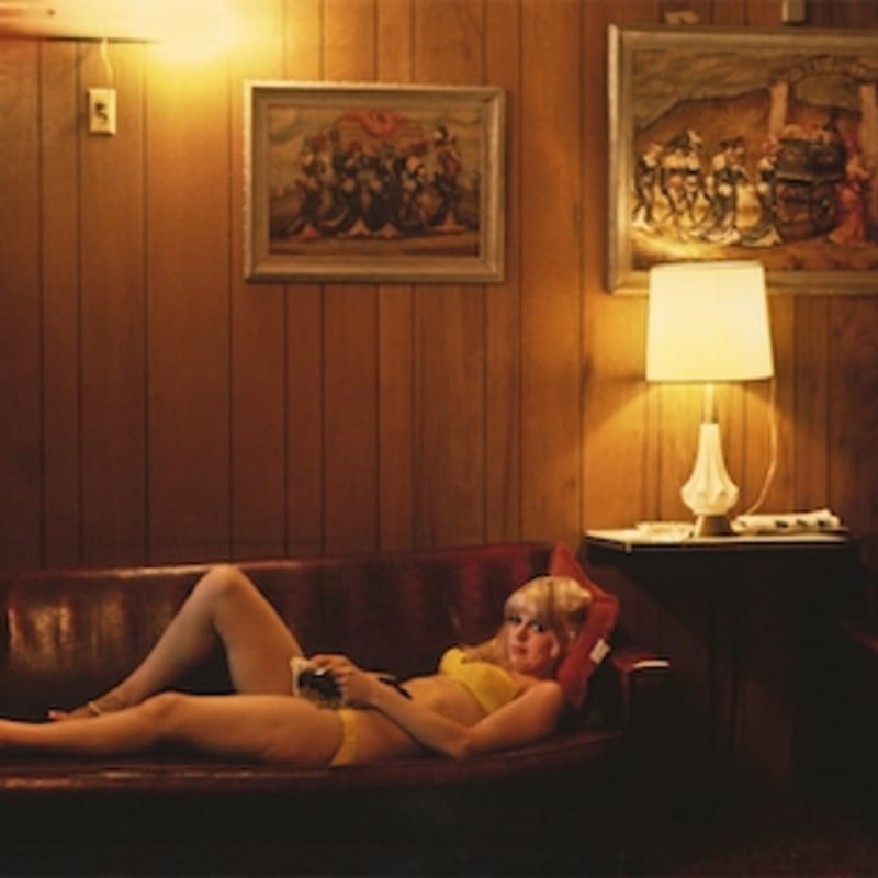Marvin E. Newman Woman Lying Down on Couch, Mustang Ranch, Reno, Nevada Tirage pigmentaire postérieur 38 x 54 cm Dim. papier: 43 x 56 cm