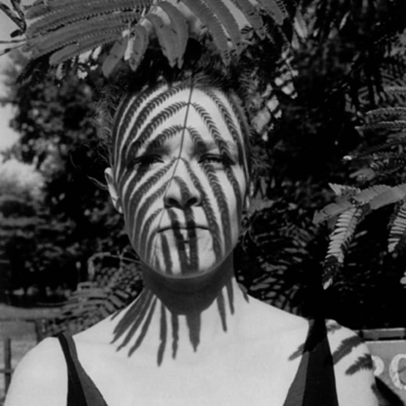 Arlene Gottfried Woman under a Leaf, Tompkins Square Park, New York Tirage gélatino-argentique d'époque sur papier Agfa Brovira, réalisé par l'artiste 19,8 x 29,7 cm Dim. papier: 27,7 x 35 cm