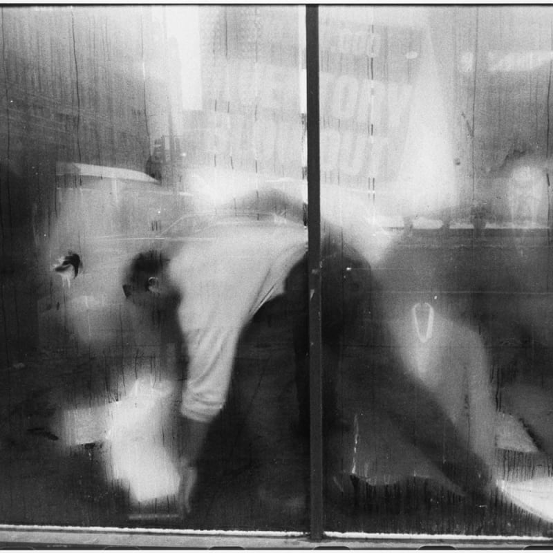 Tom Arndt Man behind a store window, Chicago Tirage gélatino-argentique postérieur, réalisé par l'artiste 30,5 x 20,5 cm Dim. papier: 35,5 x 27,9 cm