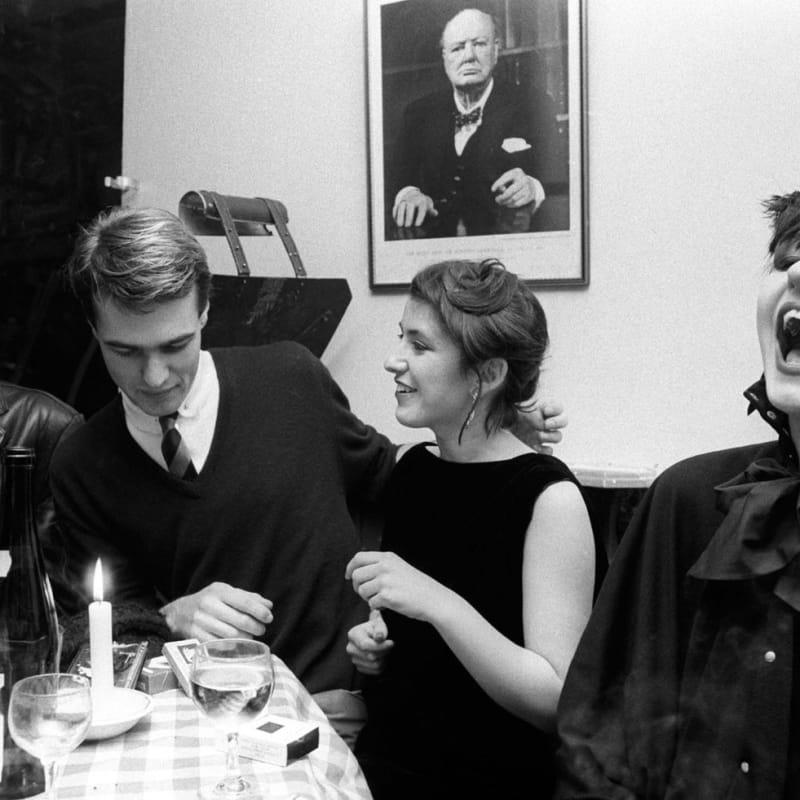 Homer Sykes Blitz Kids and Winston Churchill at the Blitz Club, Covent Garden, London Tirage gélatino-argentique postérieur sur papier Ilford Multigrade Warm Tone 35 x 23,5 cm Dim. papier: 30 x 40 cm