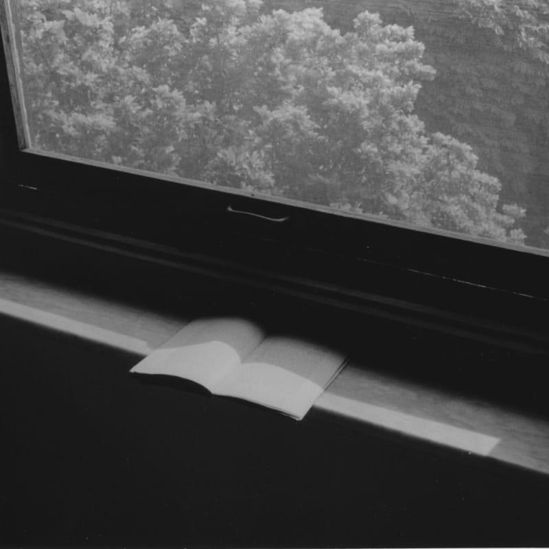 Hervé Guibert Lecture (livre ouvert/fenêtre) Tirage gélatino-argentique d'époque 14.8 x 22.6 cm Dim. papier: 23.7 x 30.5 cm