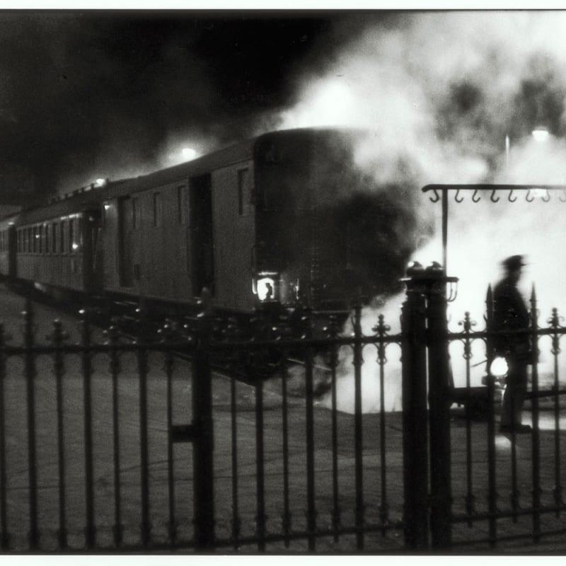 Sabine Weiss Gare Saint-Lazare, Paris Tirage gélatino-argentique postérieur 37,5 x 24,8 cm Dim. papier: 30 x 40 cm