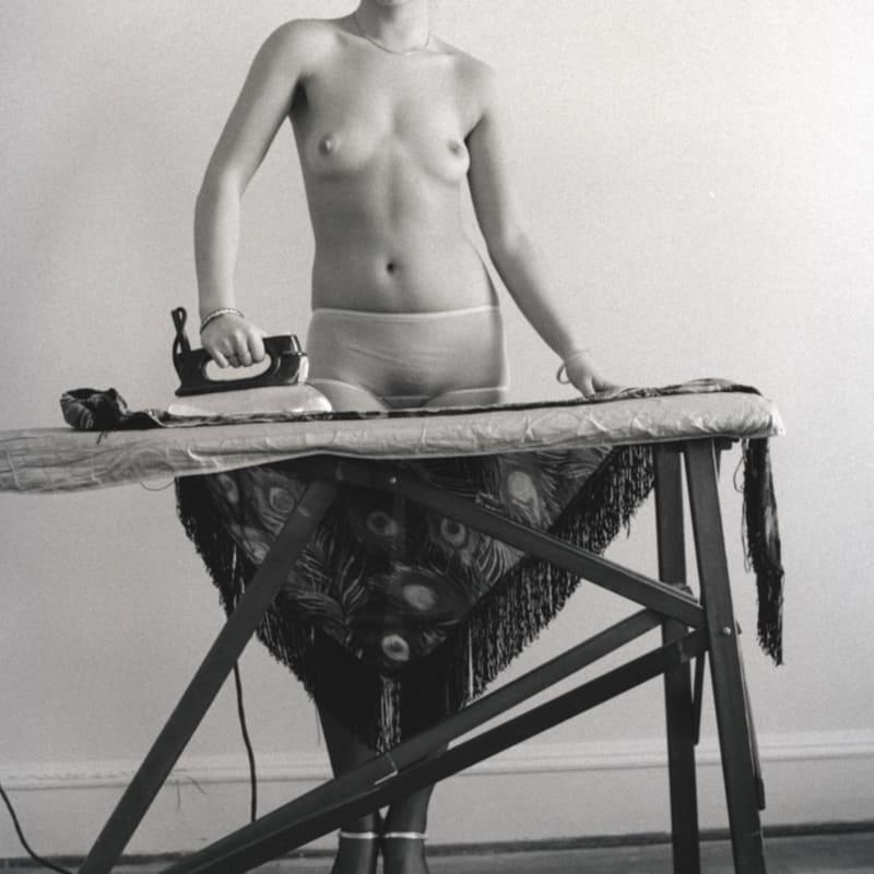 Arlene Gottfried Eddie Suns's friend ironing, NY Tirage gélatino-argentique 20,4 x 30,2 cm Dim. papier: 27,7 x 35,2 cm