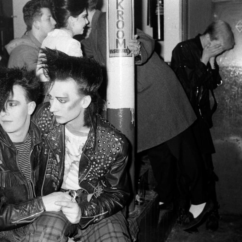 Homer Sykes Boy George and friend Wilf Rogers, Blitz Club New Romantic, London Tirage au gélatino-bromure d'argent d'époque, réalisé par Gerry Grove of Grove Hardy 15,3 x 23 cm 5.91 x 9.06 in Dim. papier: 23,9 X 30,5 cm