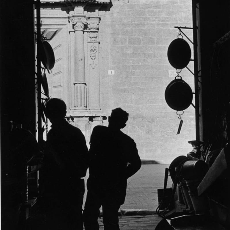 Sabine Weiss Rue de Provence, Paris Tirage gélatino-argentique d'époque réalisé par l'artiste 29 x 18 cm Dim. papier: 29 x 18 cm