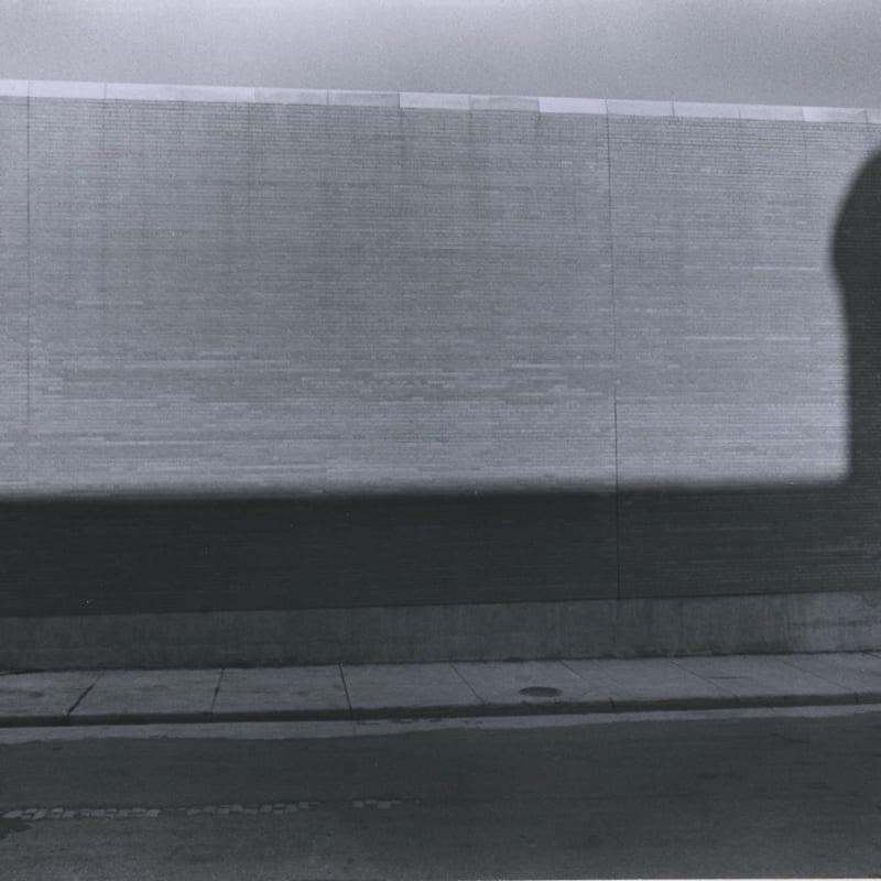 Tom Arndt Man in Shadow, St Paul, Minnesota Tirage gélatino-argentique d'époque, réalisé par l'artiste 11,2 x 16,5 cm Dim. papier: 20,2 x 25,2 cm