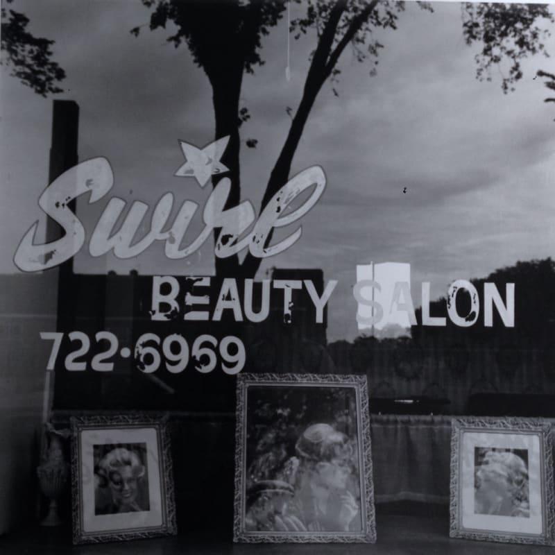 Tom Arndt Swirl Beauty Salon, Minneapolis Tirage gélatino-argentique postérieur, réalisé par l'artiste 35 x 35 cm Dim. papier: 40,4 x 50,4 cm