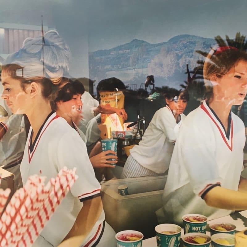 Marvin E. Newman Untitled (woman serving soda and hot dogs) Tirage pigmentaire postérieur 38 x 54 cm Dim. papier: 43 x 56 cm