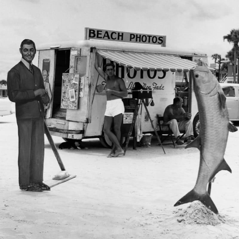 Berenice Abbott Beach Photos with Fish, Florida Tirage gélatino-argentique postérieur 30,5 x 26 cm Dim. papier: 50,8 x 40,6 cm