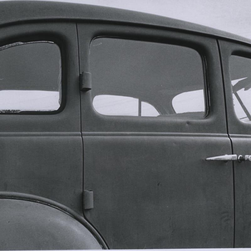 Tom Arndt Old car in Farmyard, Minnesota Tirage gélatino argentique d'époque réalisé par l'artiste 25 x 16,5 cm Dim. papier: 27,9 x 35,3 cm