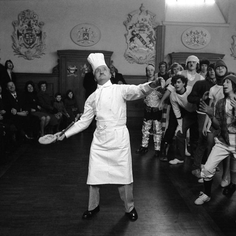 Homer Sykes Pancake Greeze, Westminster School Tirage gélatino argentique d'époque réalisé par l'artiste 23 x 15,3 cm Dim. papier: 30,4 x 24,1 cm