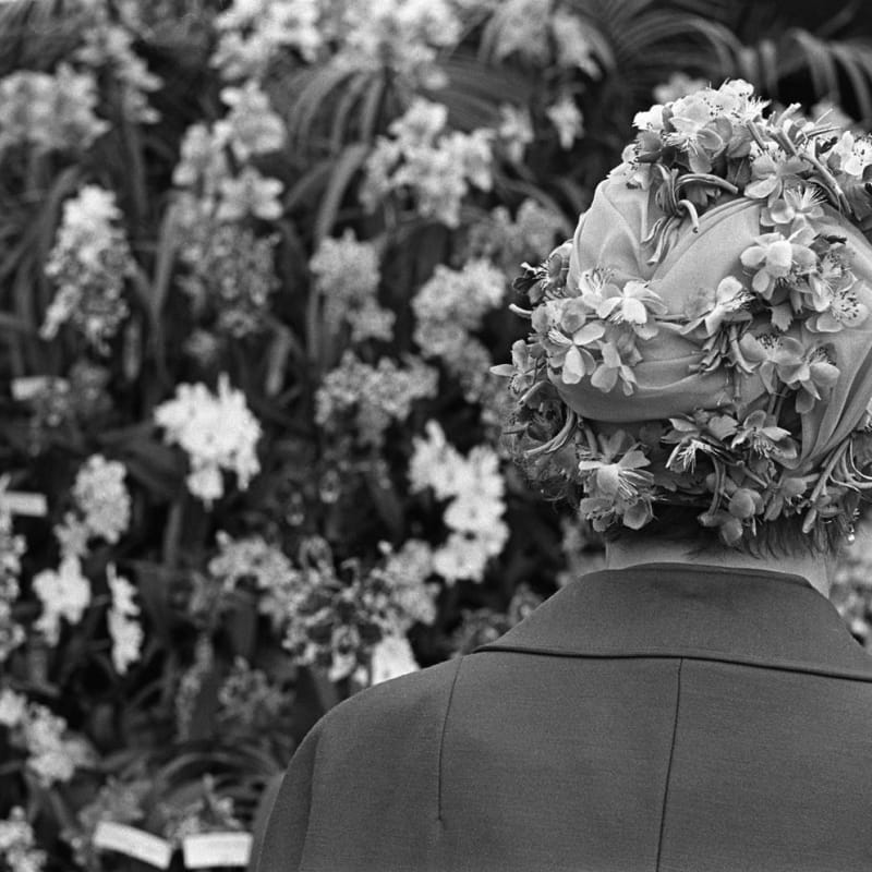 Homer Sykes Woman wearing floral fashion hat, Chelsea Flower Show, London Tirage gélatino-argentique postérieur sur papier Ilford Multigrade Warm Tone 35 x 23,5 cm Dim. papier: 30 x 40 cm