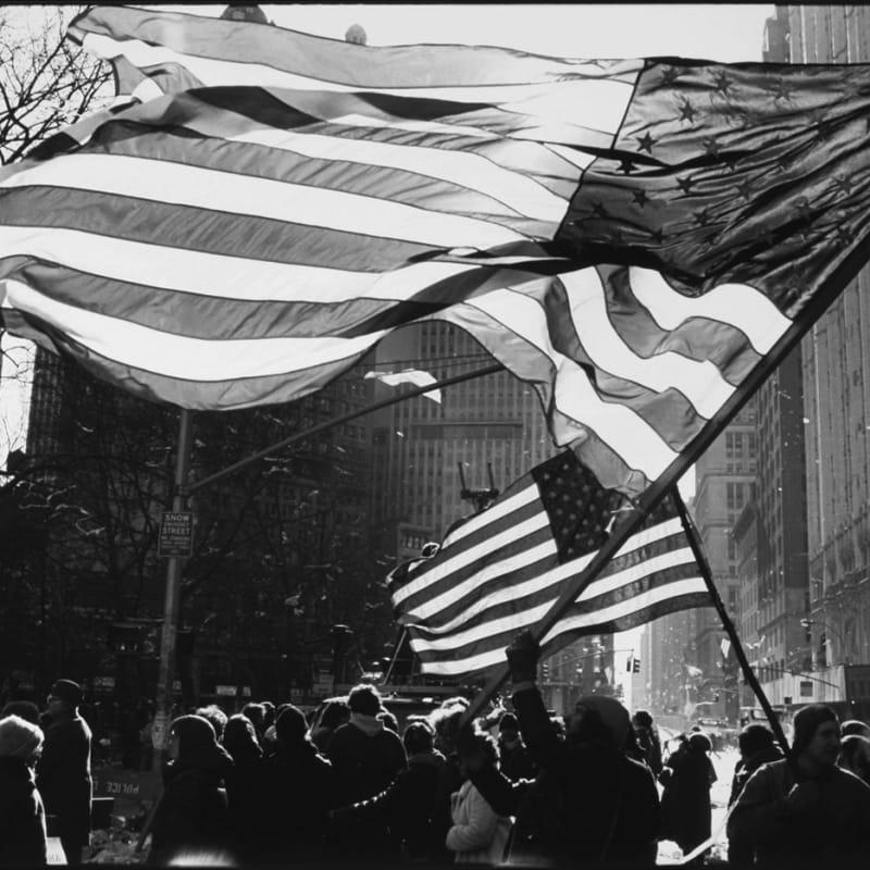 Tom Arndt Two Flags, Freed Iranian Hostage Tickertape Parade, New York City Tirage gélatino-argentique postérieur, réalisé par l'artiste 30,6 x 45,6 cm Dim. papier: 40,4 x 50,4 cm