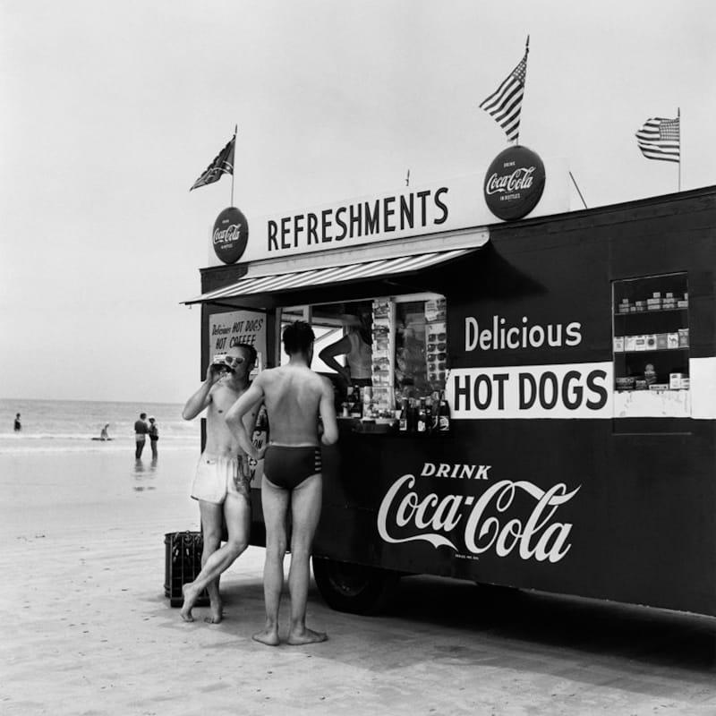 Berenice Abbott Happy's Refreshment Stand with two men, Florida Tirage gélatino-argentique postérieur 39,4 x 41,4 cm Dim. papier: 61 x 76,2 cm