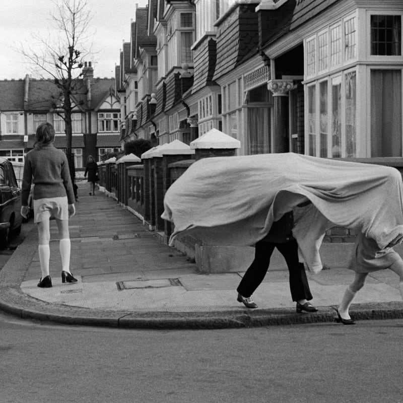 Homer Sykes Children playing in a suburban street, Wandsworth, London Tirage gélatino-argentique postérieur sur papier Ilford Multigrade Warm Tone 35 x 23,5 cm Dim. papier: 30 x 40 cm